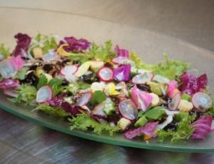 6、「シェフ鈴木考案、スズキの冷しゃぶ彩りサラダ仕立て 伊豆味噌とバルサミコ酢のジュレ・ドレッシング」