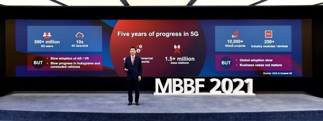 MBBF 2021で5Gの展開についてスピーチを行う胡厚崑